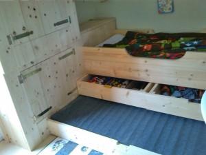 Steigerhoutenbed met speelgoedlades en logeerbed